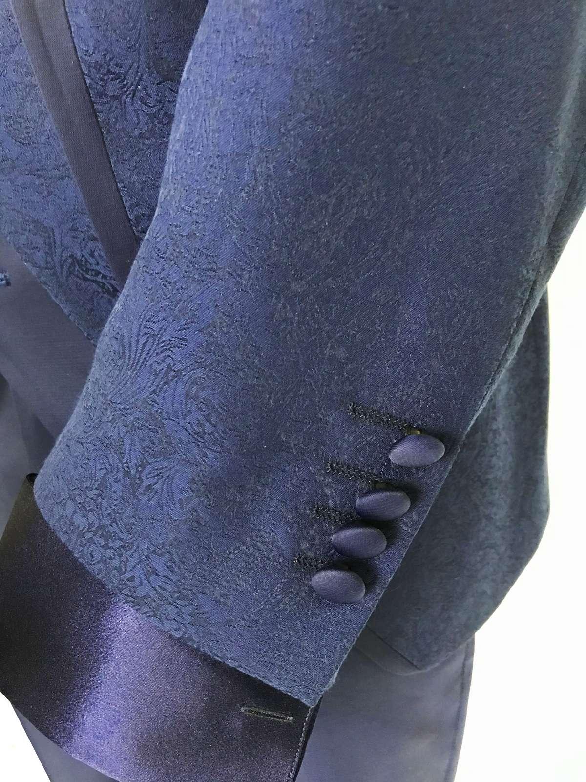 foto Abito-da-Sposo-collo-coreano-tessuto-damascato-modello-slim-fit-Giulio-dettaglio-manica